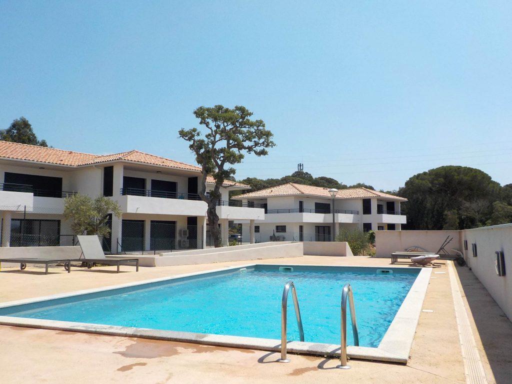La résidence et la piscine partagée